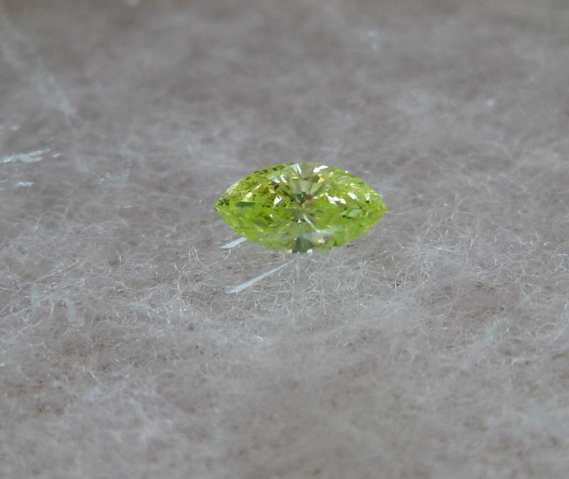 Fancy intense green diamond 0,13 marquise cut